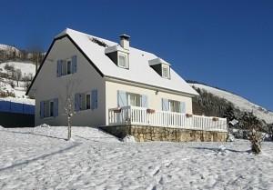 La neige recouvre les toits du Village ...